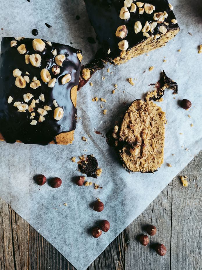 A vegan cake recipe with roasted hazelnuts, spelt flour and a lovely hint of cardamom and orange peel. And a delicious vegan chocolate ganache. It's the perfect cake for that precious coffee time with your girlfriends. No added white sugars.