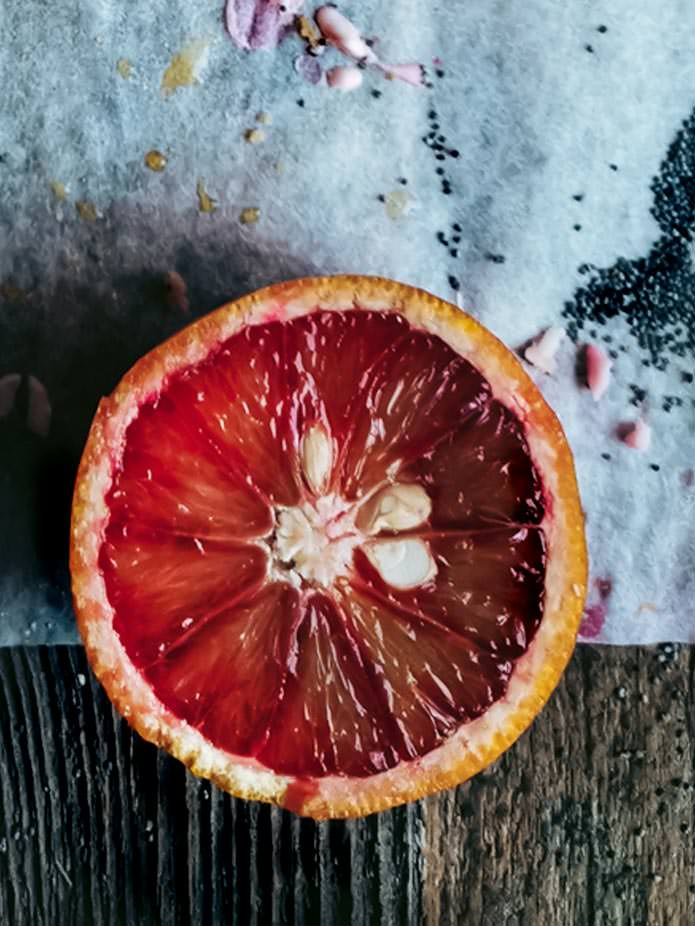 Blood oranges add a lovely tanginess to this vegan blood orange and poppy seed cake. The pink glaze is an extra eye-catcher. Vegan, gluten-free and without any added sugars.
