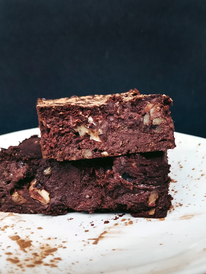 These delicious vegan Chocolate Walnut Brownies are made with Medjool dates and red kidney beans. That makes them extra gooey and fudgy. Vegan, gluten-free and without any added sugars.